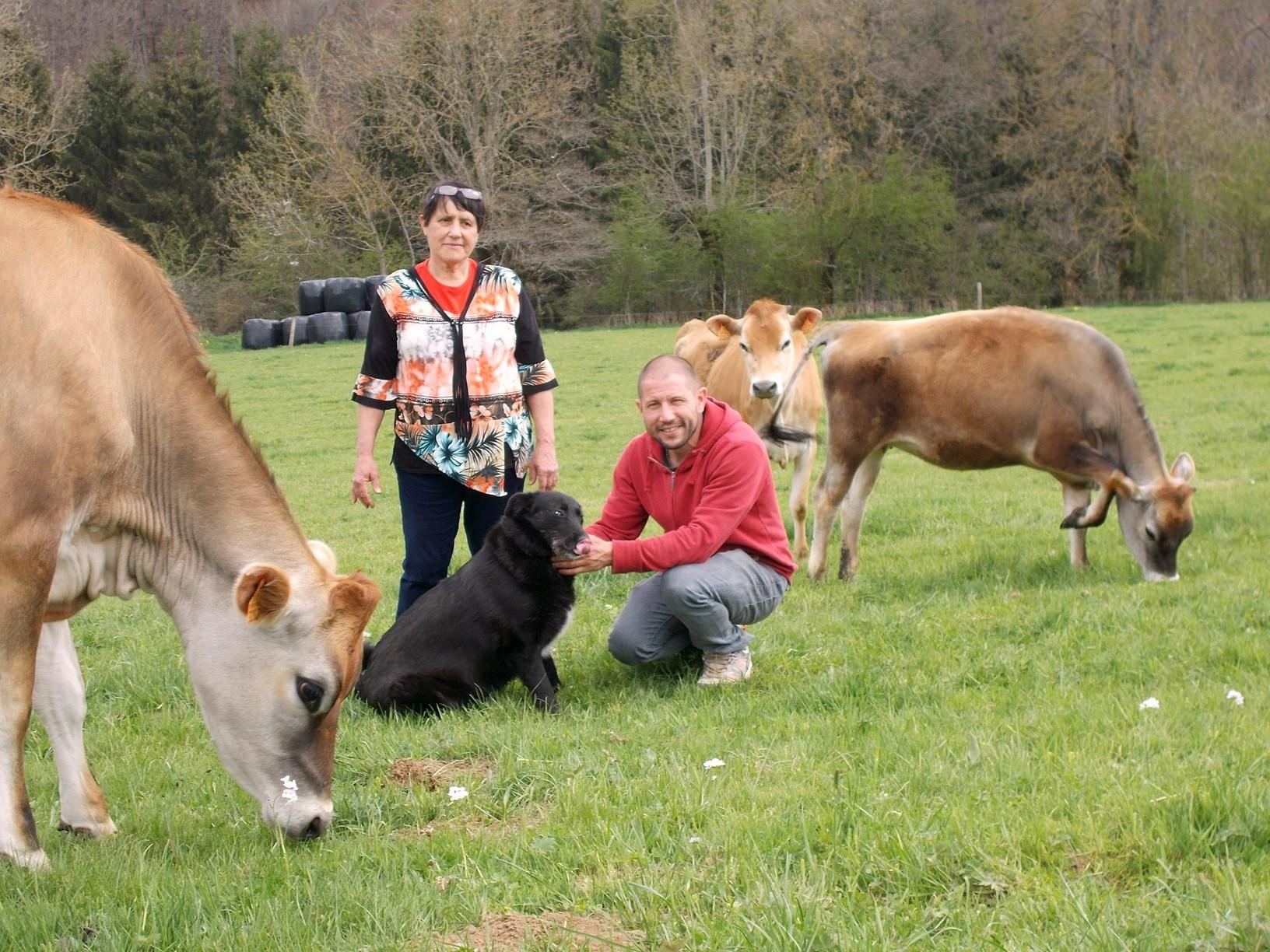 Photo de famille des exploitants de la Ferme des Combes à Rochefort-Montagne, producteurs de Fourme Bio
